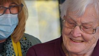Ältere Dame mit Betreuungskraft