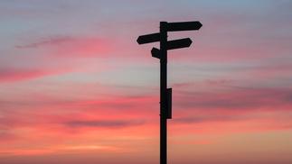 Wegweiser im Sonnenuntergang