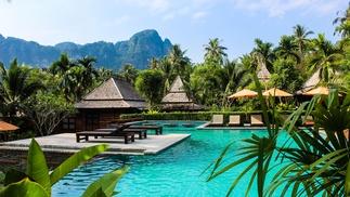 Hotelpool und Palmen